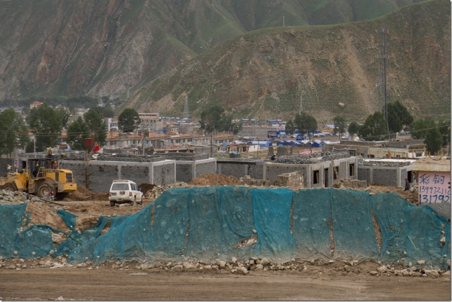 I was told the agreements between govt and villagers were done. I can see several villages are rebulding like the one in the photoes. The rebuld pace is quite quick. The bulding is contract to big construction companies but Tibetans are also monitoring and helping building their own houses.